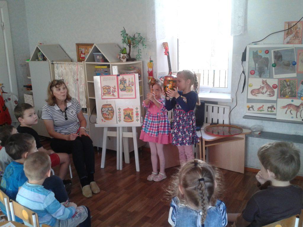 Знакомим с народным промыслом и народными умельцами России.